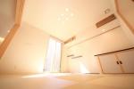 1階には中庭に面するモダンな和室がございます。
